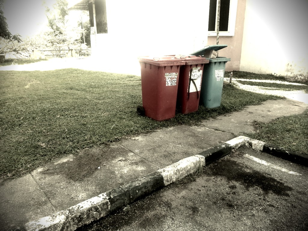 tong sampah TIGA warna