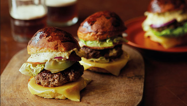 bisnes jual burger pun lumayan beb